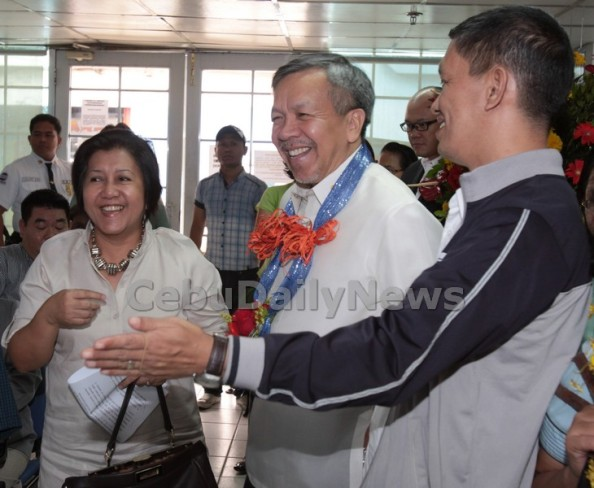 Trade Secretary Gregory Domingo (left) shares a light moment with Central Visayas Trade Directors Asteria Caberte (left) and Ernani Dionisio (right) during yesterday's launching of the Philippine Business Registry at the DTI-Nerbac office. (CDN PHOTO/ JUNJIE MENDOZA)