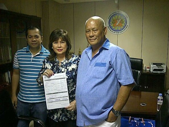 Anabelle Rama is flanked by Comelec North District election officer Marchel Sarno (left) and cousin George Rama (right) (Photo grabbed from Twitter)