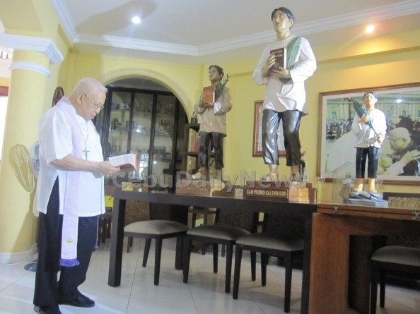 Cebu Archbishop Emeritus Ricardo Cardinal Vidal bless the official image of Blessed Pedro Calungsod. The center carved image will be brought to Rome during Pedro Calungsod's canonization on October 21. (ADOR V. MAYOL)